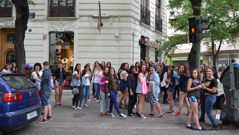 Adolescentes esperando a Jonan Perrea a la puerta de Superdry Valencia
